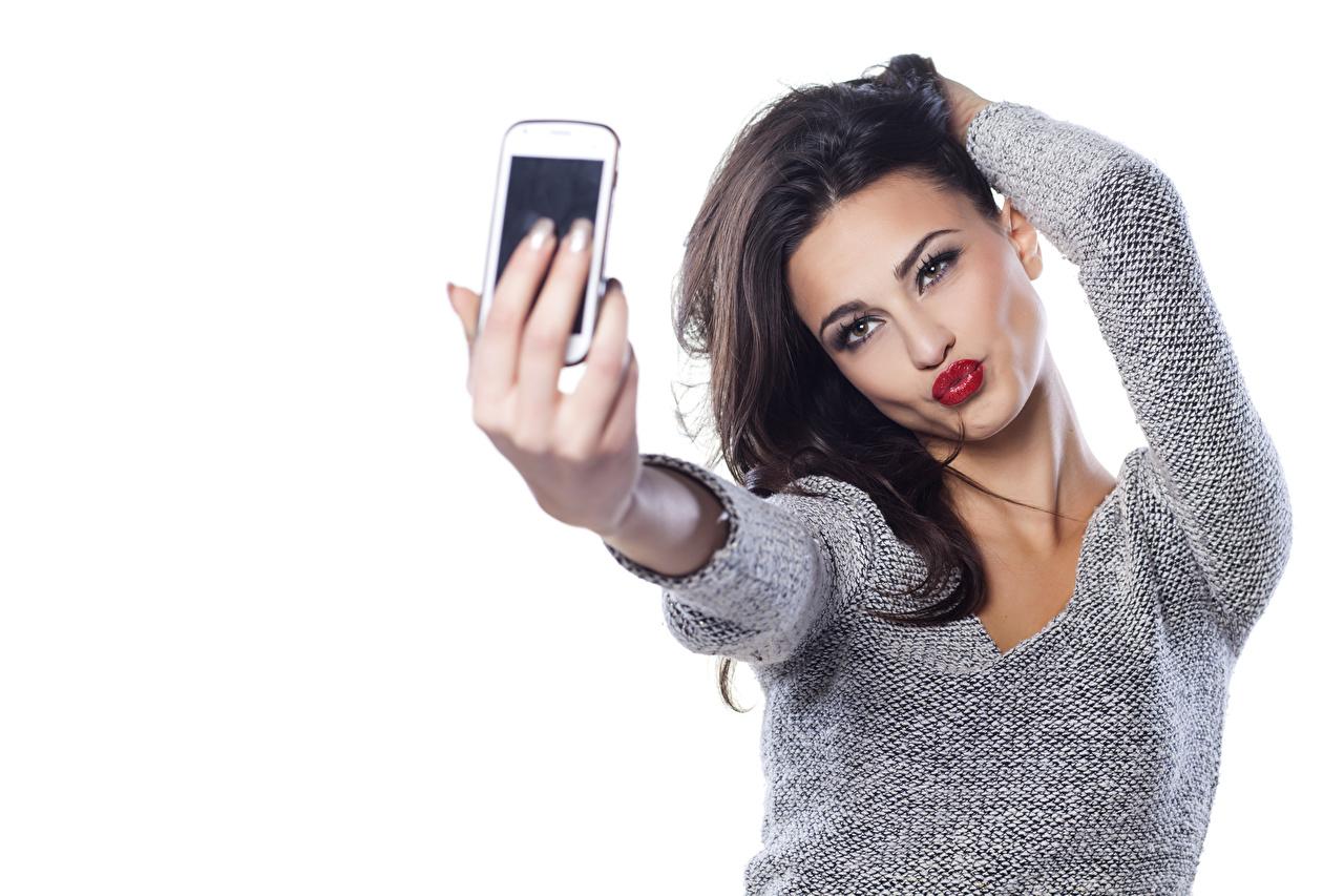 Fotos von Brünette Selfie posiert junge frau Sweatshirt Hand Blick Rote Lippen Weißer hintergrund Pose Mädchens junge Frauen Starren