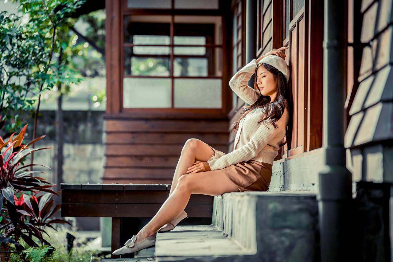 Desktop Hintergrundbilder Rock Barett Treppe Mädchens Bein asiatisches sitzt Stiege Treppen junge frau junge Frauen Asiaten Asiatische sitzen Sitzend