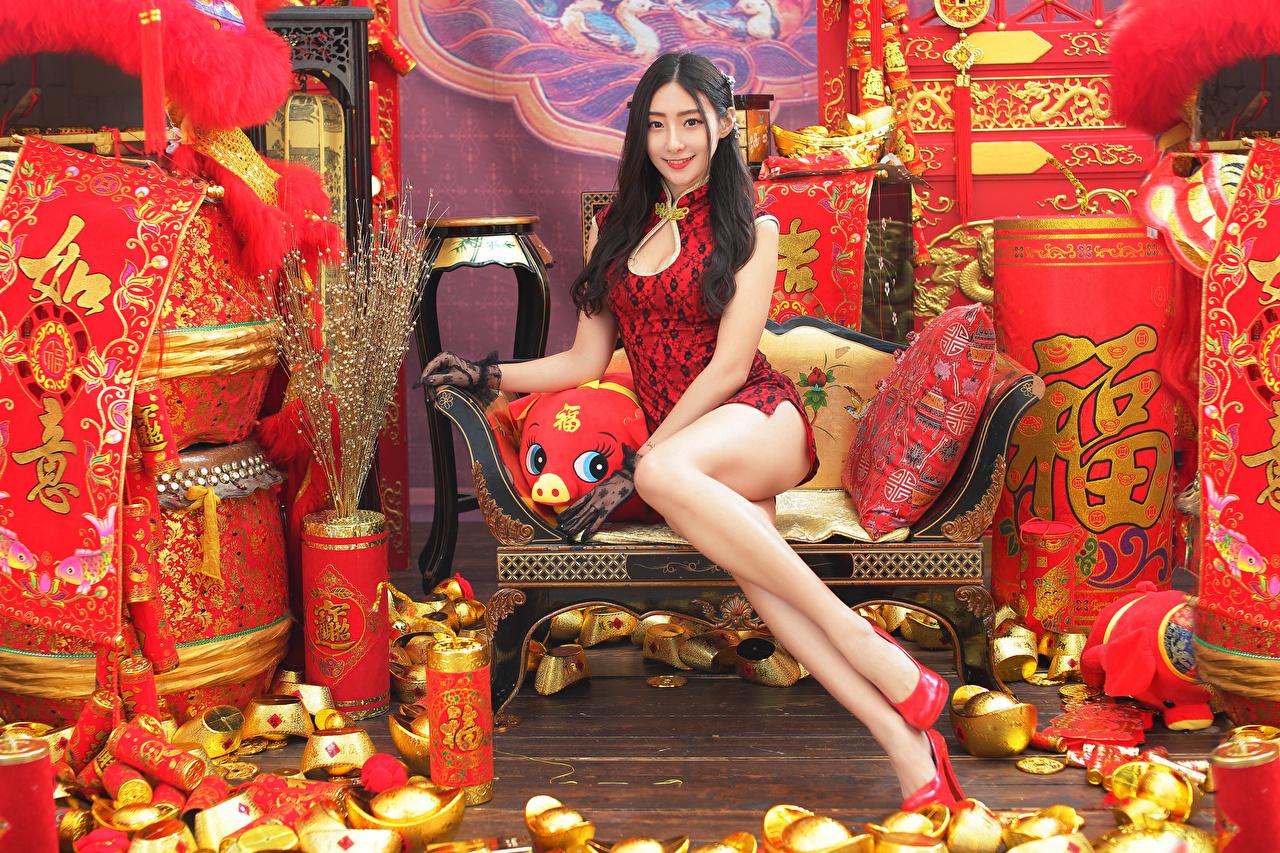 Foto Brünette Lächeln junge Frauen Bein Asiaten sitzt Blick Kleid Mädchens junge frau Asiatische asiatisches sitzen Sitzend Starren