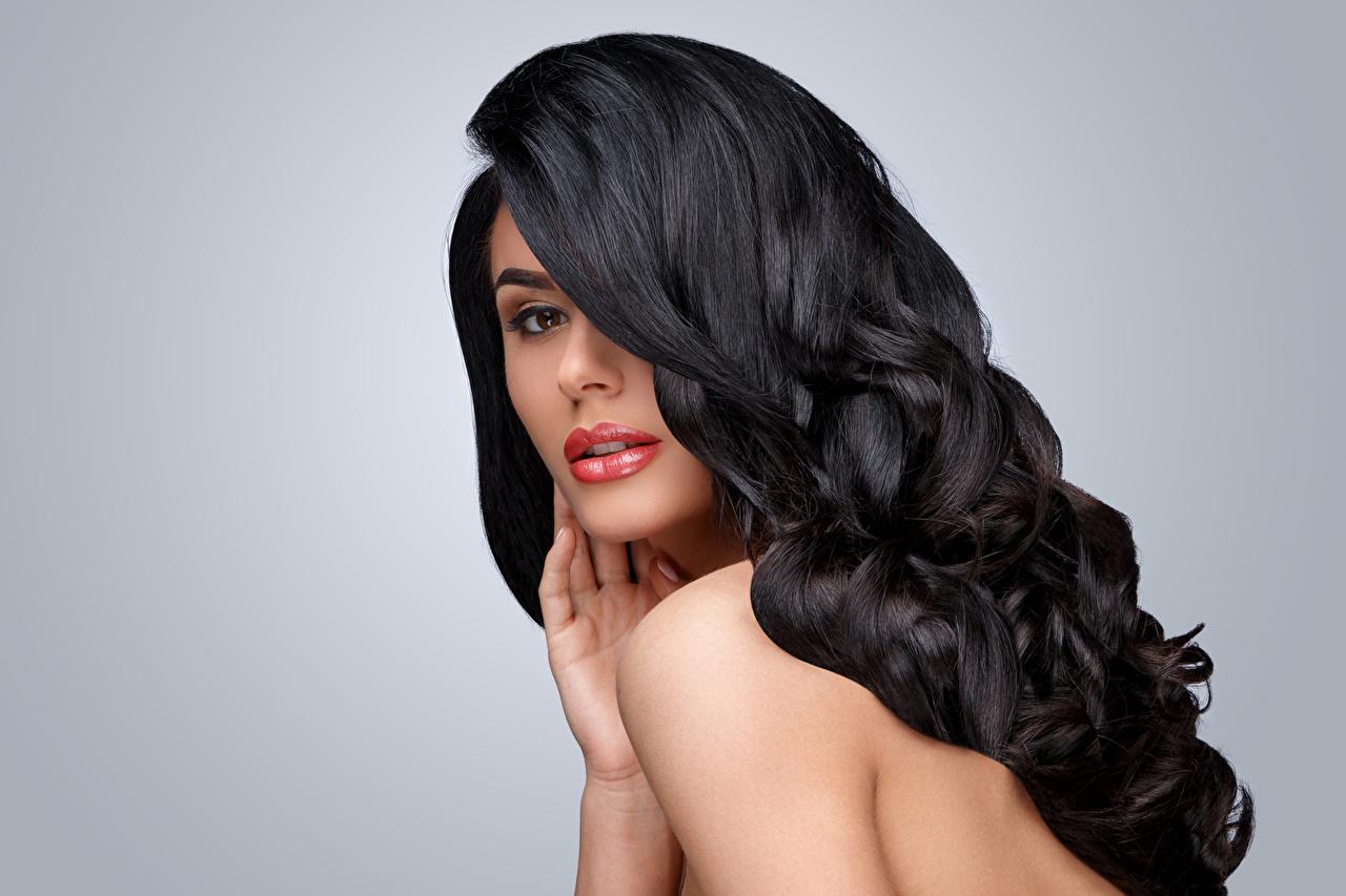 Desktop Hintergrundbilder Brünette Frisuren Haar Mädchens Starren Grauer Hintergrund Frisur junge frau junge Frauen Blick