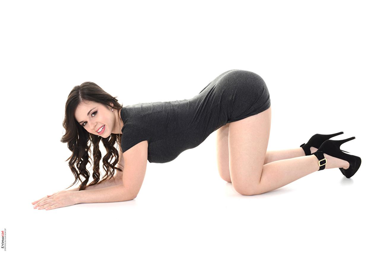 Desktop Hintergrundbilder Nekane Sweet Brünette Lächeln iStripper junge Frauen Bein Hand Seitlich Weißer hintergrund Kleid Mädchens junge frau