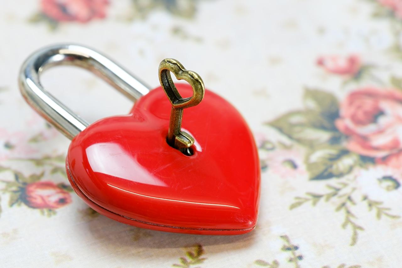 Desktop Hintergrundbilder Herz Vorhängeschlösser Rot Schlüssel hautnah Vorhängeschloss Nahaufnahme Großansicht