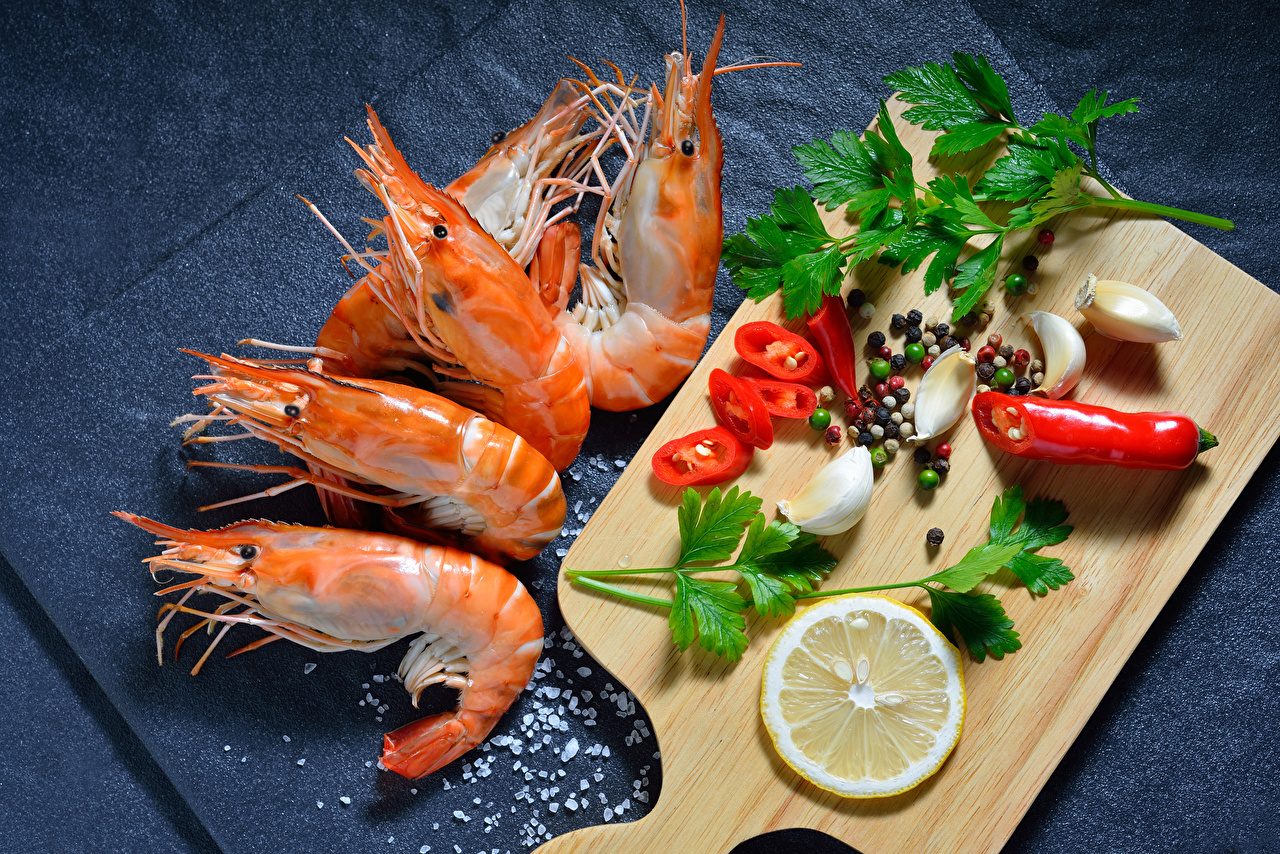 Fotos Salz Zitrone Caridea Knoblauch Gewürze Lebensmittel Schneidebrett Krevette