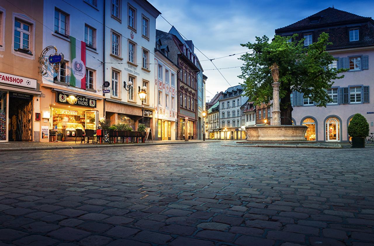 Desktop Hintergrundbilder Deutschland Springbrunnen Freiburg Stadtstraße Abend Straßenlaterne Städte Gebäude Straße Haus