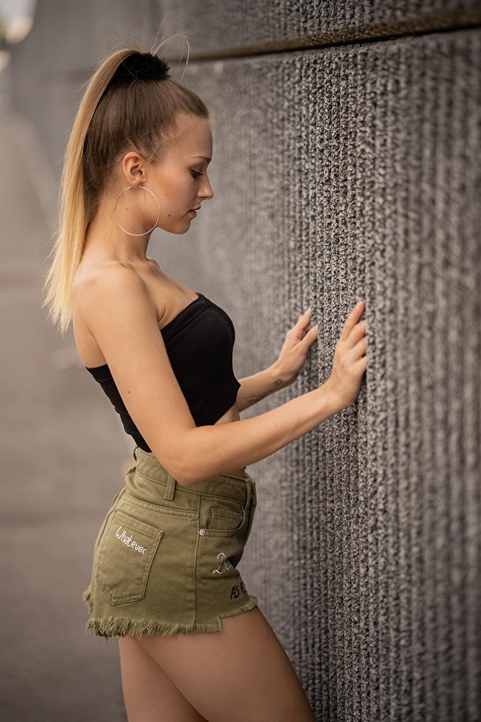 Foto Sara Mädchens Hand Mauer Shorts Seitlich  für Handy junge frau junge Frauen wand wände