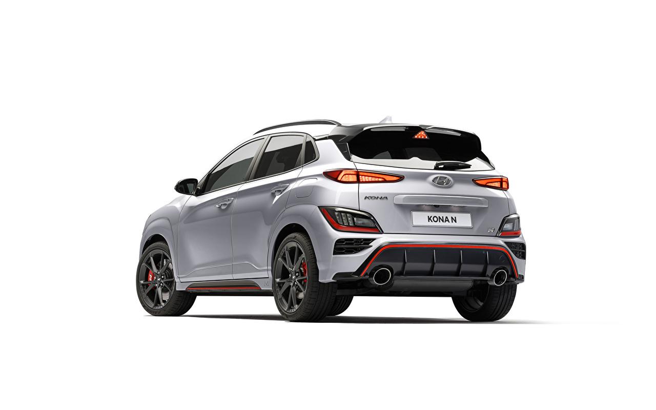 Hyundai Kona N, (Worldwide), (OS), 2021 Plata color Metálico Vista Trasera El fondo blanco autos, automóvil, automóviles, el carro Coches