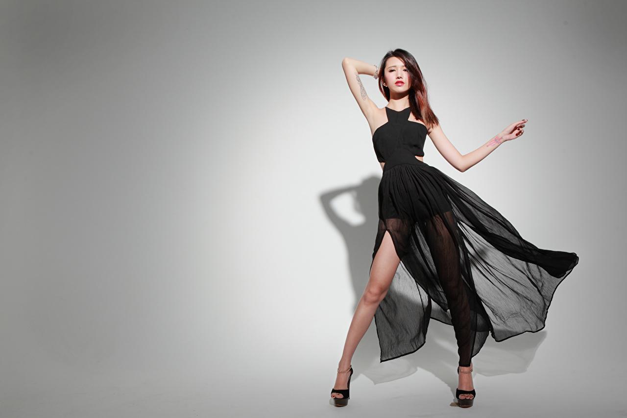 Bilder Braune Haare posiert junge frau Asiatische Grauer Hintergrund Kleid Braunhaarige Pose Mädchens junge Frauen Asiaten asiatisches