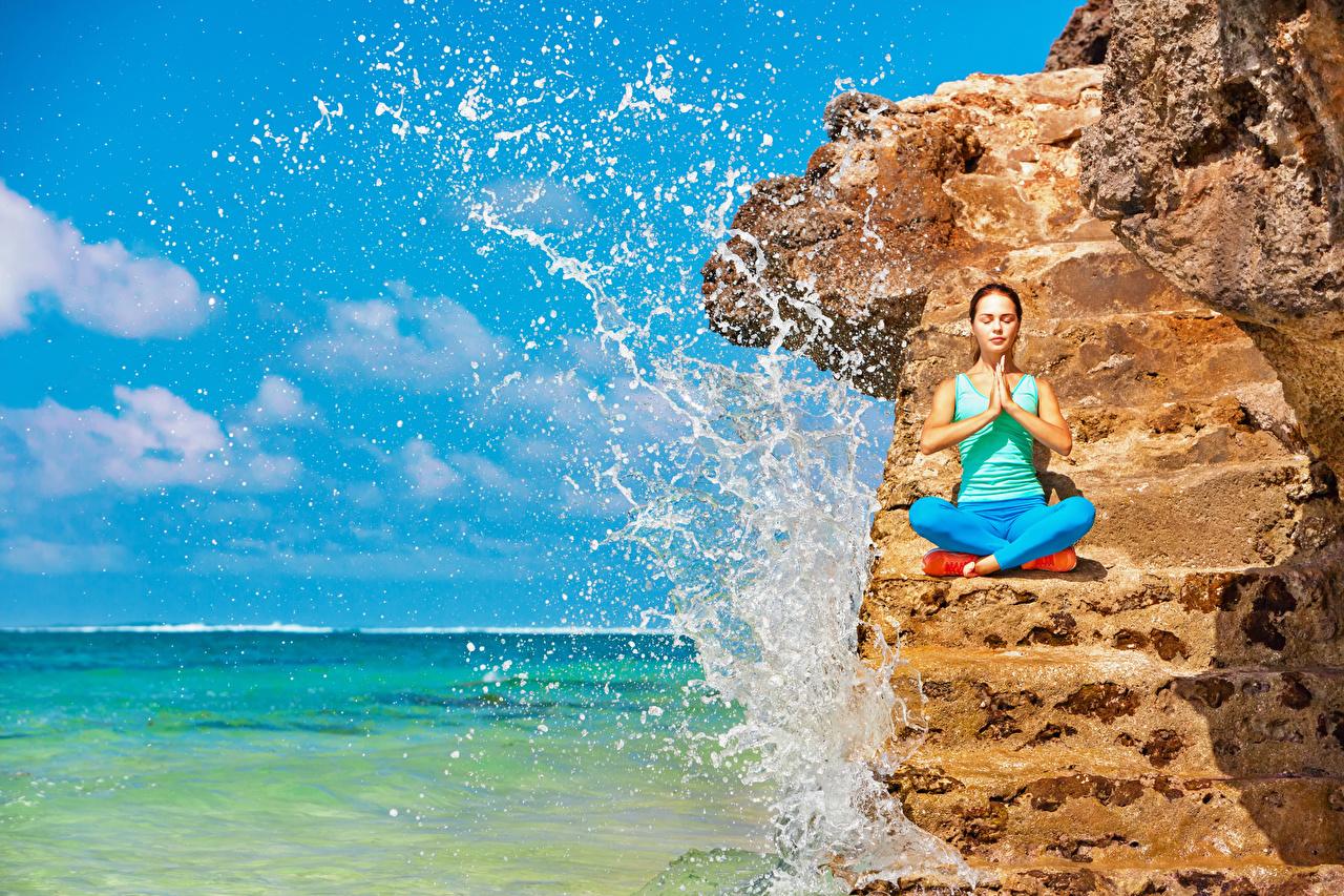Bilder Joga Trainieren Fitness Felsen Mädchens Wasser spritzt Hand Yoga Körperliche Aktivität spritzwasser