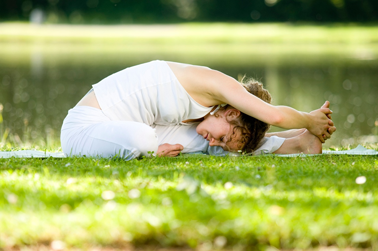 Desktop Hintergrundbilder Yoga Dehnübungen Pose Fitness junge Frauen Gras Hand Joga Dehnübung posiert Mädchens junge frau