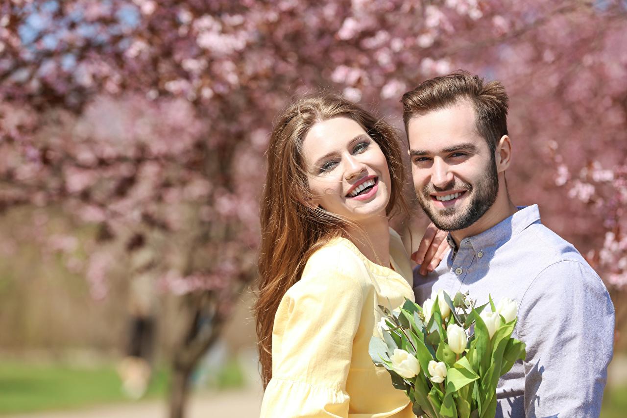 Fotos von Braunhaarige Mann Lächeln Sträuße Zwei Liebe Tulpen Mädchens Braune Haare 2