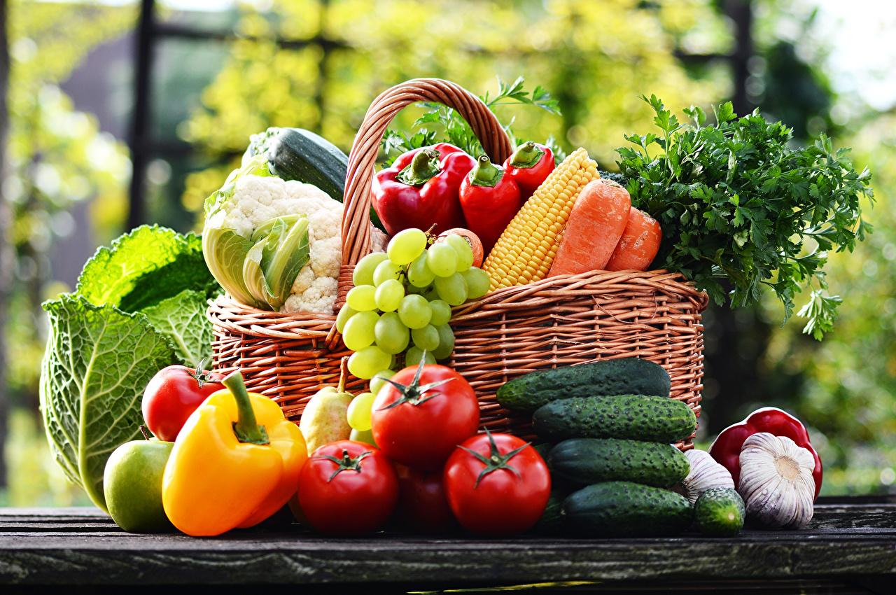 Fotos von Kohl Gurke Tomate Knoblauch Weidenkorb Weintraube Gemüse Peperone Lebensmittel