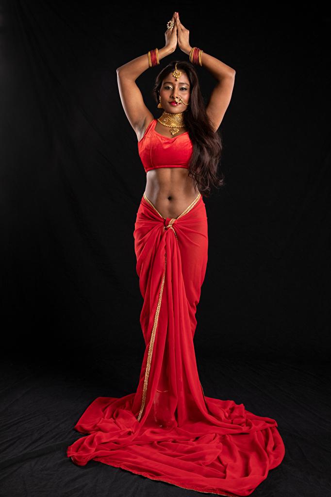 Fotos von Indian Naked Soul Pose junge frau Hand Schwarzer Hintergrund Kleid Schmuck  für Handy posiert Mädchens junge Frauen