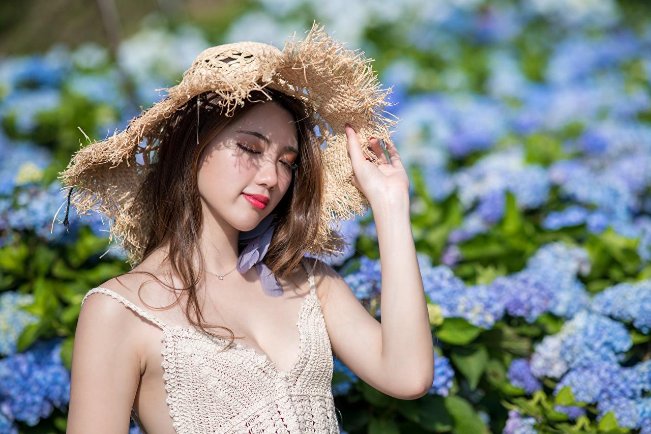 Fotos Der Hut junge Frauen Unterhemd asiatisches Hand Mädchens junge frau Asiaten Asiatische