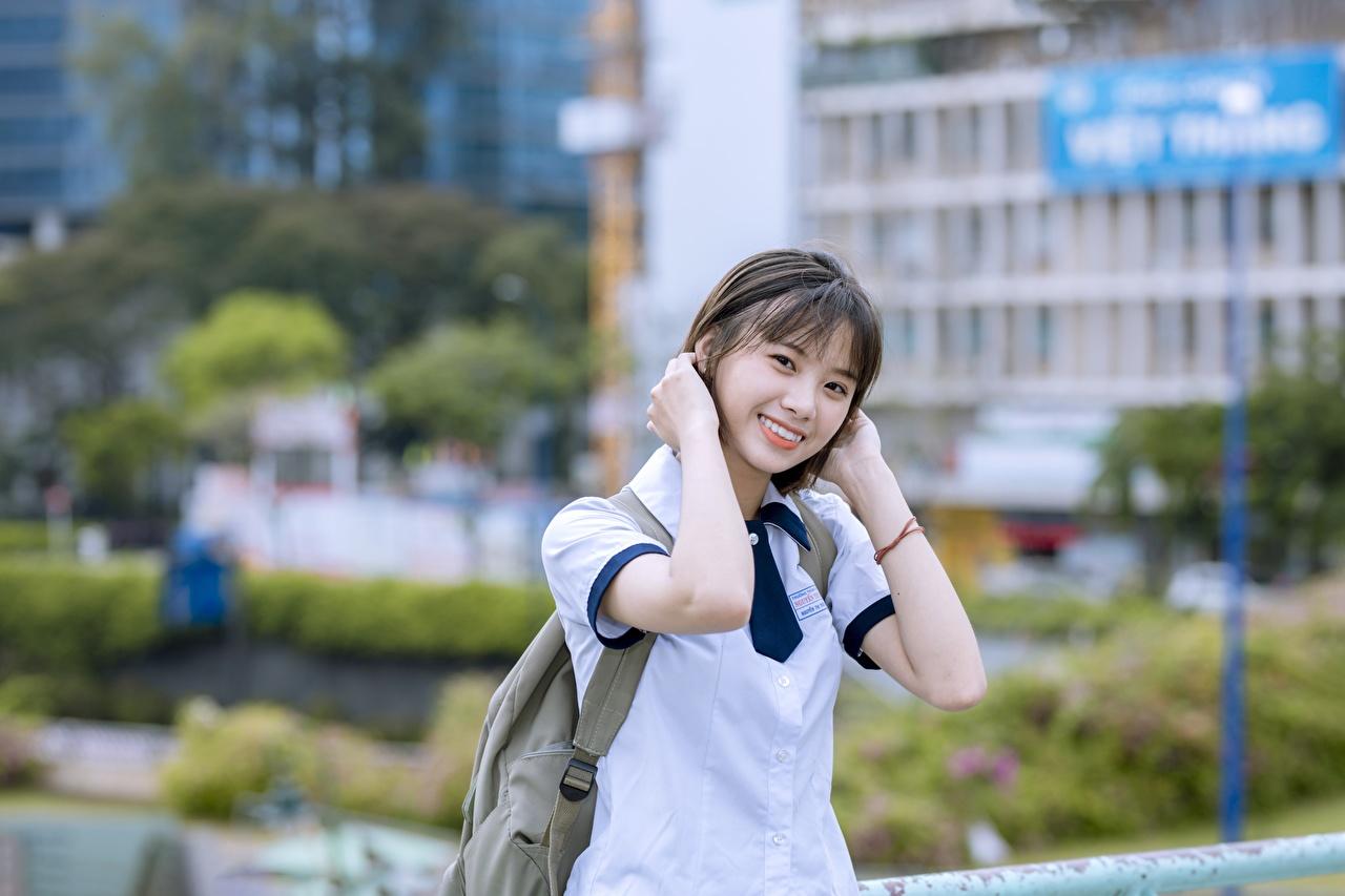 Bilder von Brünette Lächeln Bokeh Mädchens Asiatische Hand Blick unscharfer Hintergrund junge frau junge Frauen Asiaten asiatisches Starren