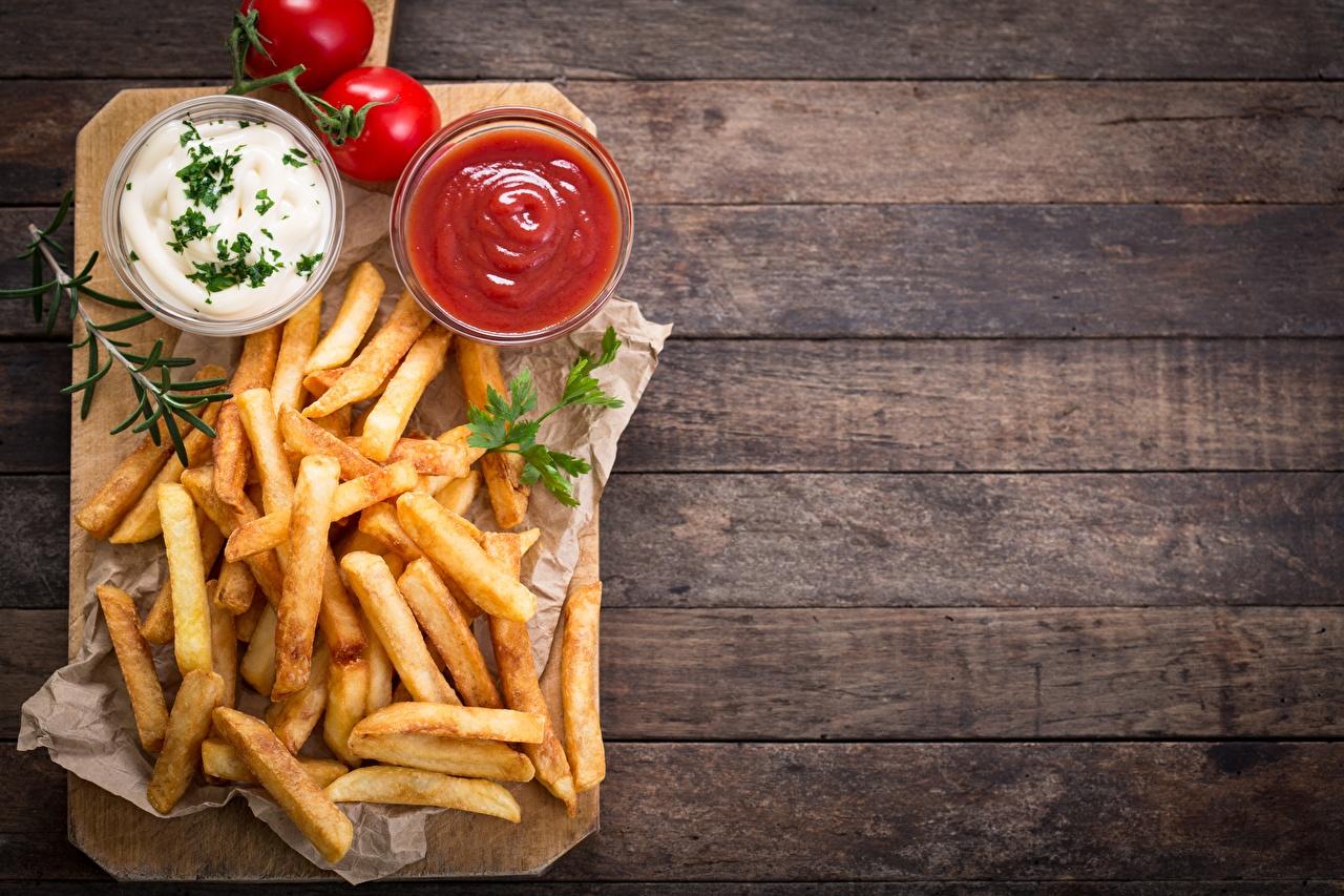 Fotos Tomaten Pommes frites Ketchup Schüssel das Essen Schneidebrett Bretter Tomate Fritten Lebensmittel