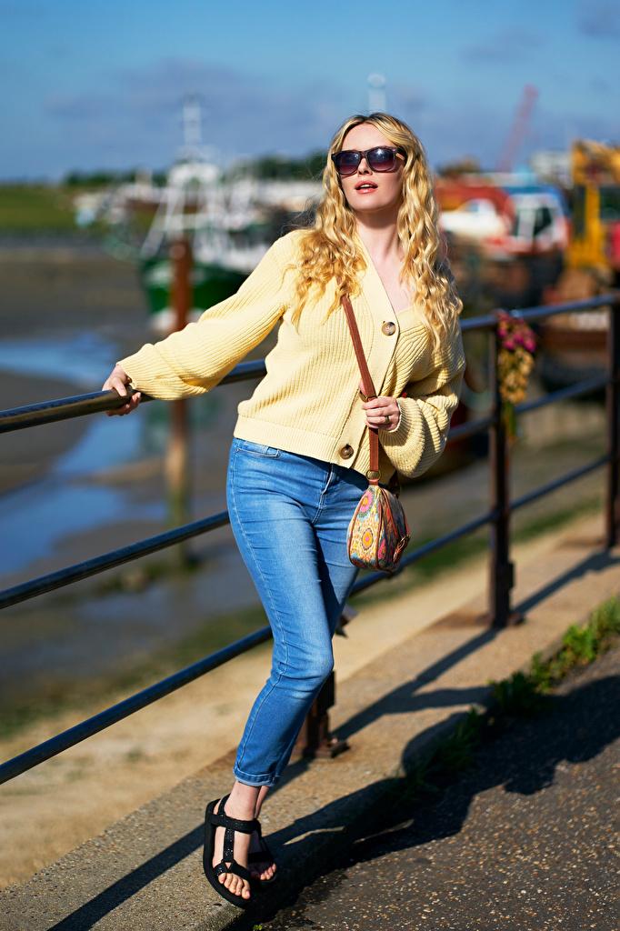 Bilder Carla Monaco Blondine Bokeh junge frau Jeans Brille Handtasche  für Handy Blond Mädchen unscharfer Hintergrund Mädchens junge Frauen