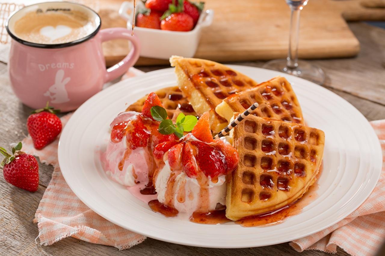 Bilder Waffeln Speiseeis Nachtisch Erdbeeren das Essen Dessert Lebensmittel