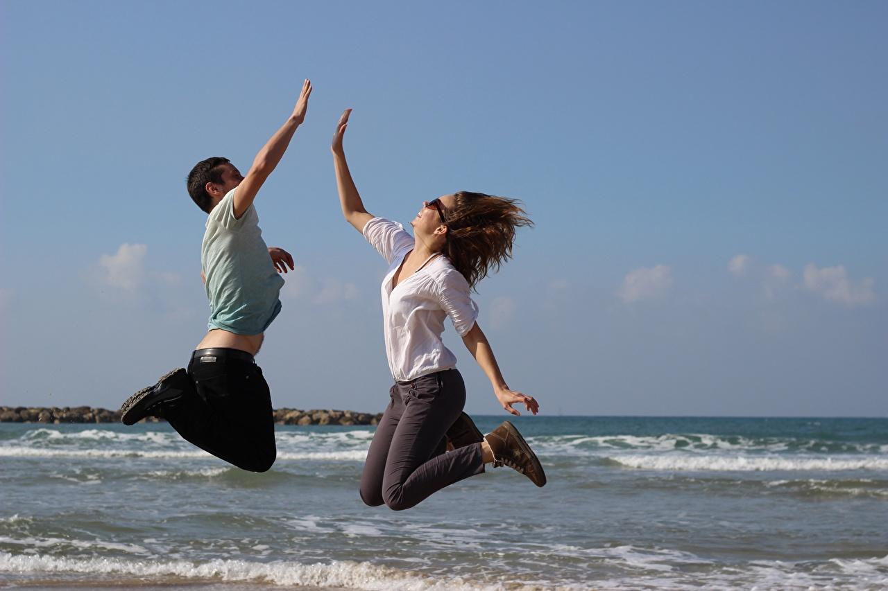 Desktop Hintergrundbilder Mann Meer Zwei Mädchens Sprung Brille 2 junge frau junge Frauen