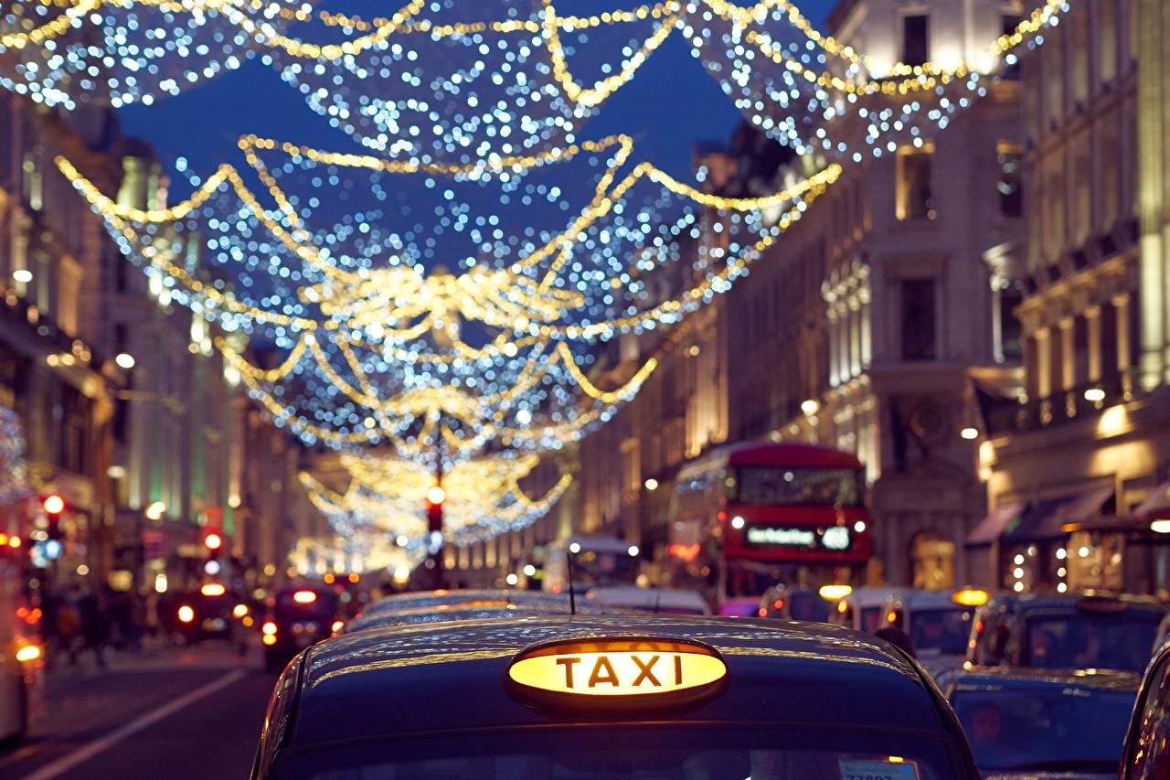 Foto London Taxi - Autos England unscharfer Hintergrund Stadtstraße Abend Lichterkette Städte Bokeh Straße