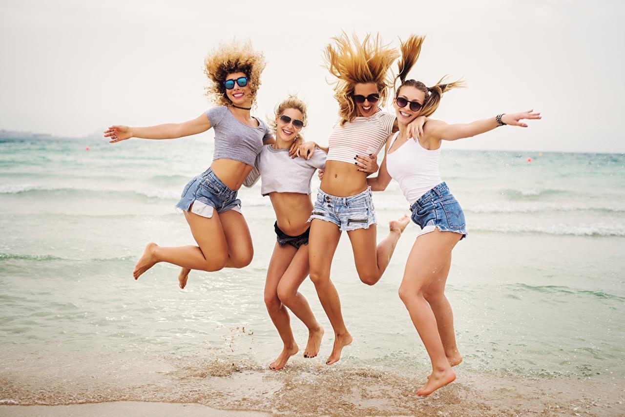 Fotos von fröhliches Strand Meer Vier 4 ausruhen Mädchens Bein Sprung Shorts Brille Freude Glücklich glückliche fröhlicher glücklicher glückliches Strände Ruhen Erholung junge frau junge Frauen