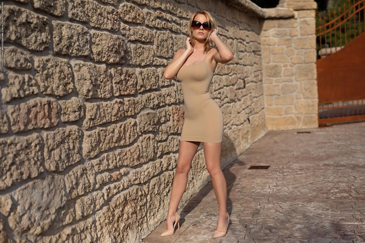 Foto Blondine posiert junge frau Bein Hand Brille Kleid High Heels Blond Mädchen Pose Mädchens junge Frauen Stöckelschuh