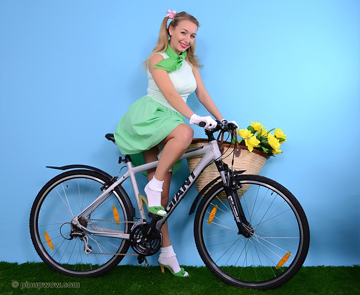 Foto Hayley Marie Coppin Blondine Lächeln fahrräder junge frau Weidenkorb Mauer Sitzend Blond Mädchen Fahrrad Mädchens junge Frauen wand sitzt sitzen wände
