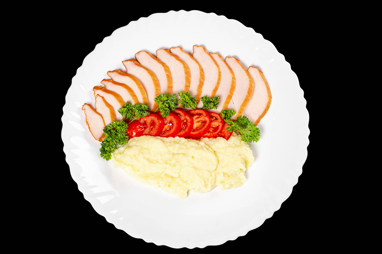 Fotos Tomate Kartoffel Schinken Teller Gemüse das Essen Schwarzer Hintergrund Tomaten Lebensmittel