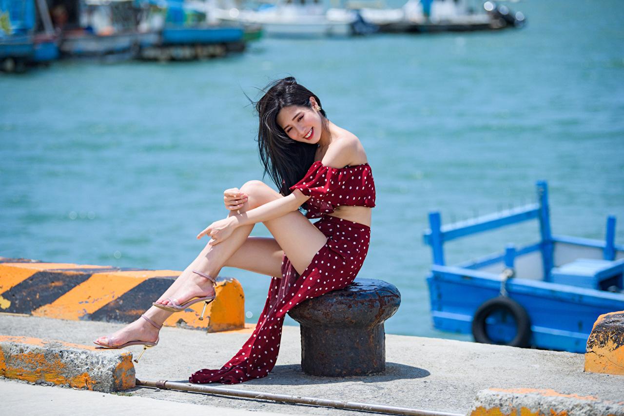 Fotos Brünette Lächeln junge frau Bein Asiatische Sitzend Kleid Mädchens junge Frauen Asiaten asiatisches sitzt sitzen