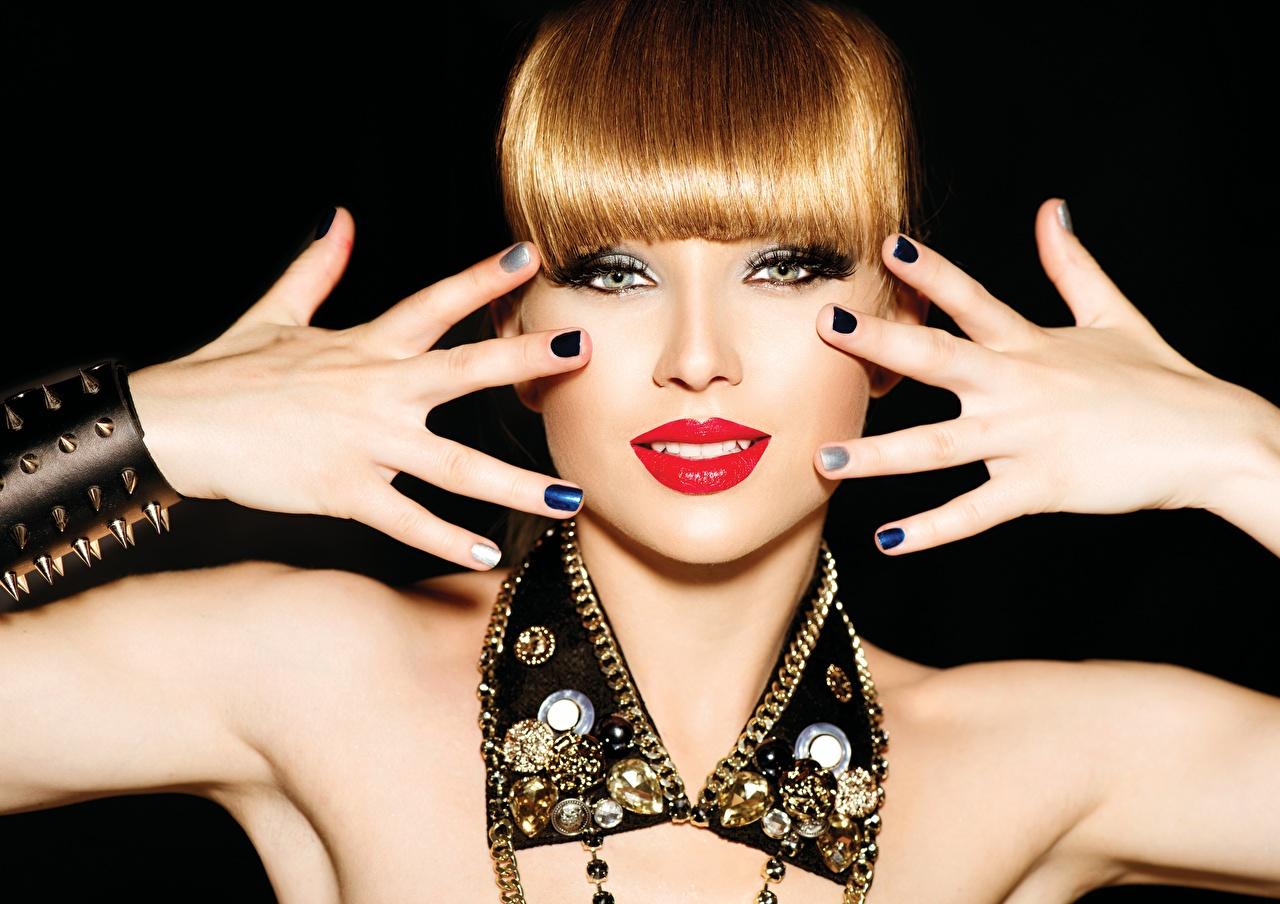 Fotos von Rotschopf Maniküre Mädchens Lippe Hand Finger Blick Rote Lippen Schwarzer Hintergrund Schmuck junge frau junge Frauen Starren