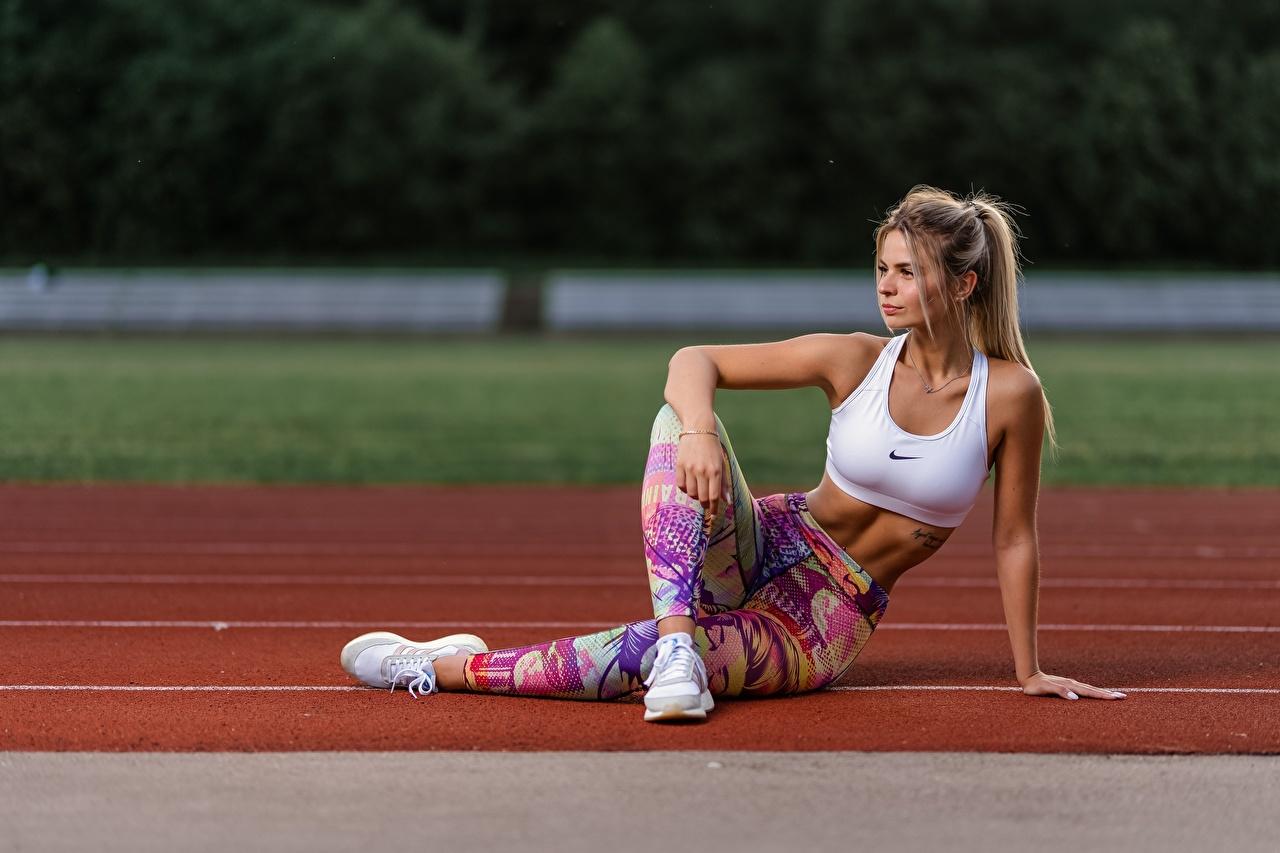 Bilder Blond Mädchen Fitness Turnschuh junge Frauen Bein Hand Sitzend Uniform Blondine Mädchens junge frau sportschuhe sitzt sitzen
