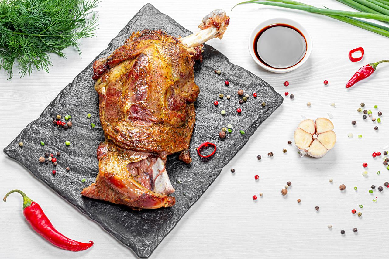 ,肉類產品,大蒜,黑胡椒,辣椒,莳萝,白色背景,砧板,食品,食物,