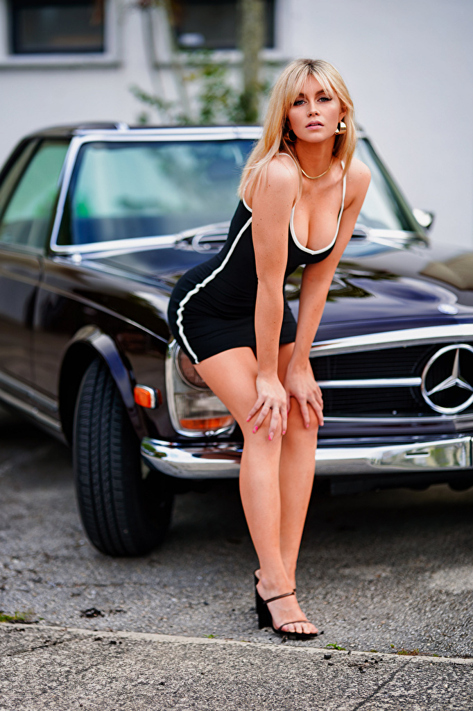 Desktop Hintergrundbilder Blond Mädchen Bokeh Pose dekolletee Mädchens auto Blick Kleid  für Handy Blondine unscharfer Hintergrund posiert Dekolleté junge frau junge Frauen Autos automobil Starren