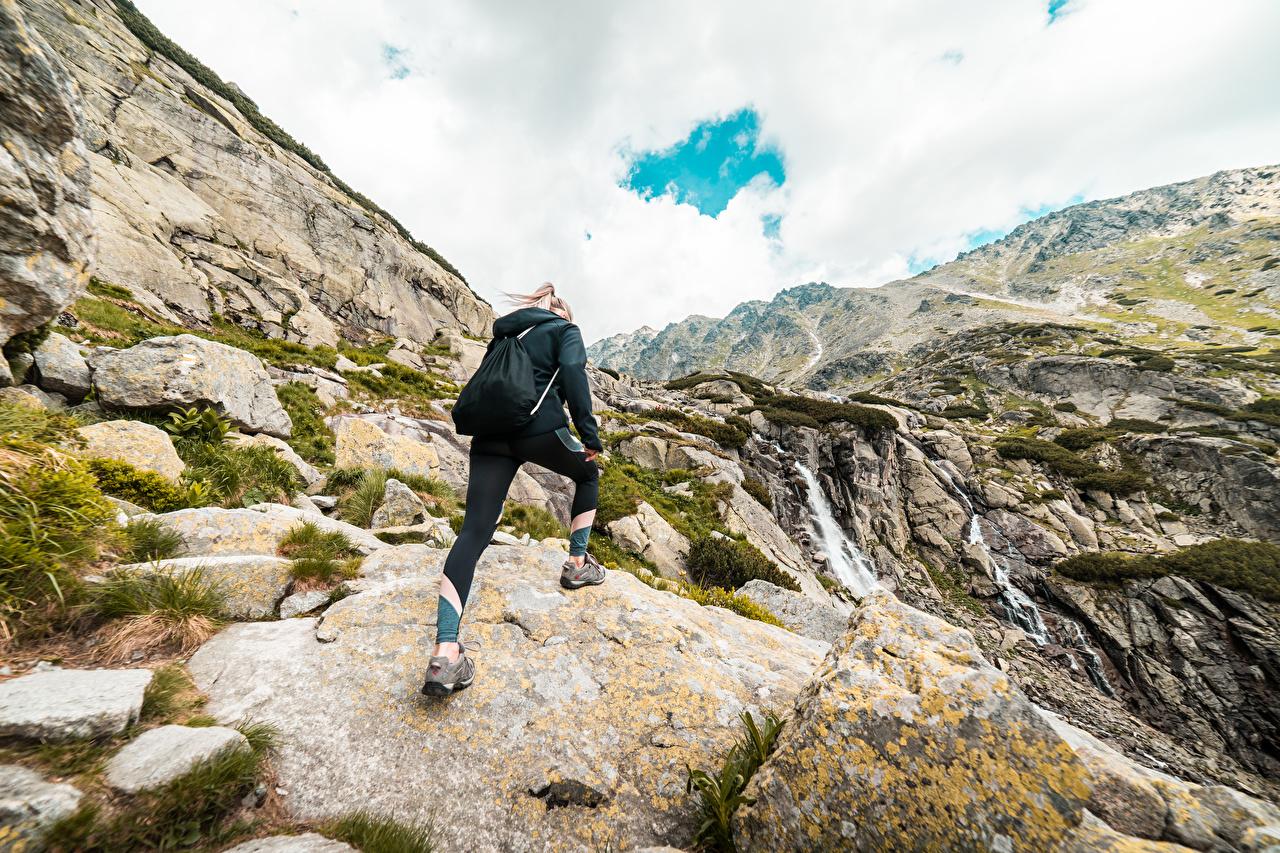 Bilder Blondine Rucksack Berg Natur junge frau Bergsteigen Stein Blond Mädchen Gebirge Mädchens junge Frauen Steine