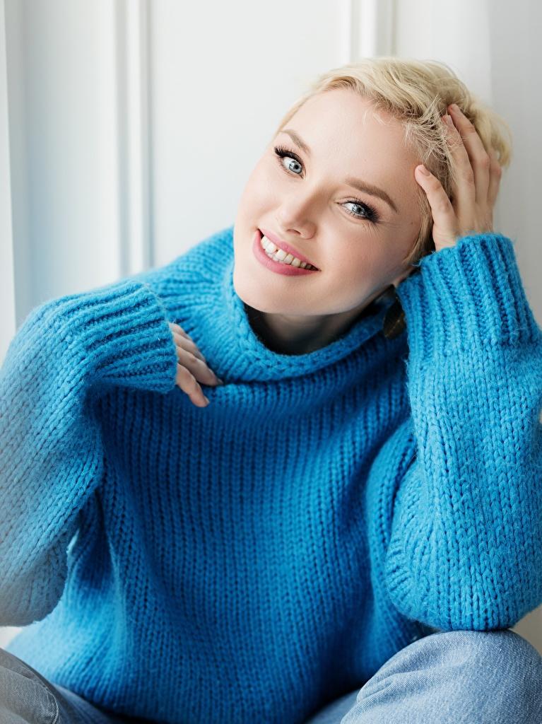 Bilder von Blondine Lächeln junge frau Sweatshirt Hand Starren  für Handy Blond Mädchen Mädchens junge Frauen Blick