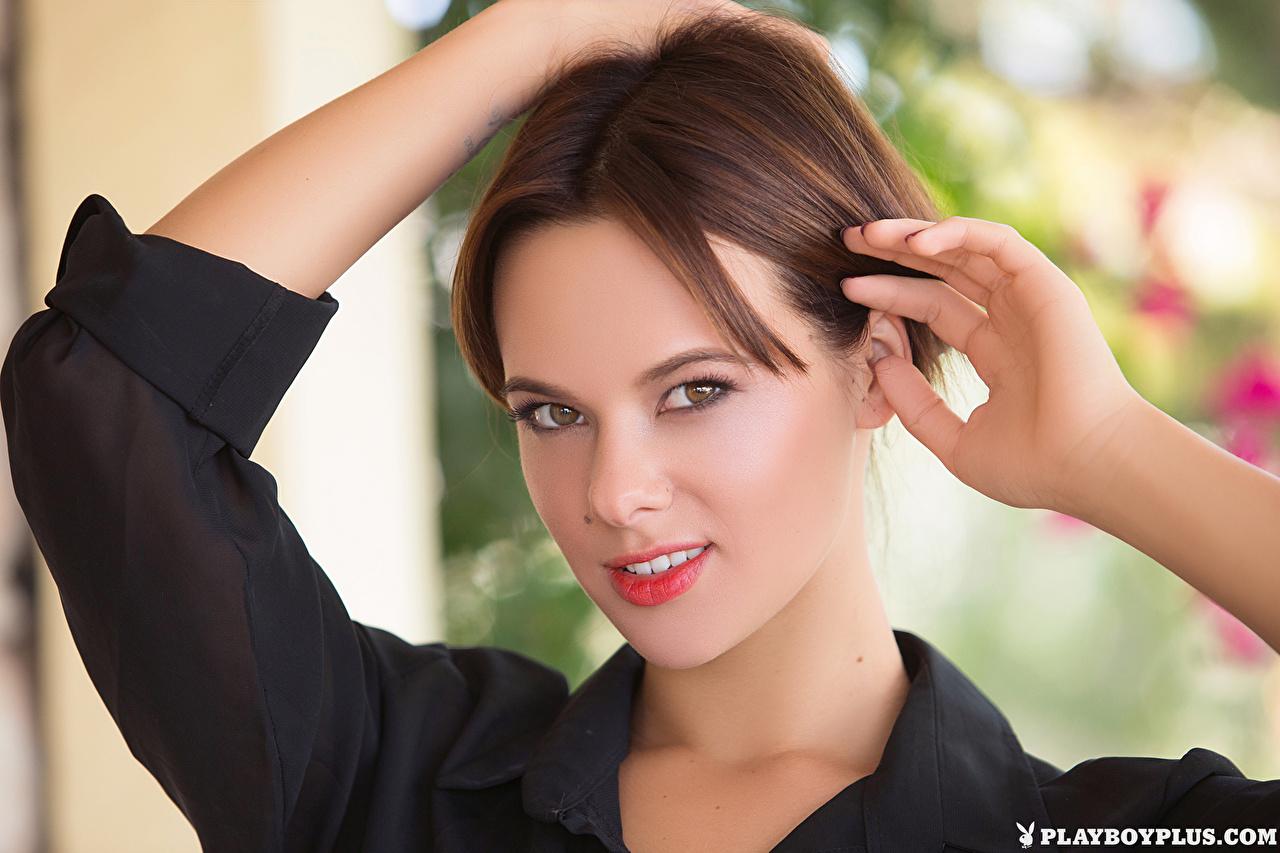 Bakgrundsbilder Brunhårig tjej Raise Ansikte ung kvinna hand Playboy Blick Unga kvinnor Händer ser