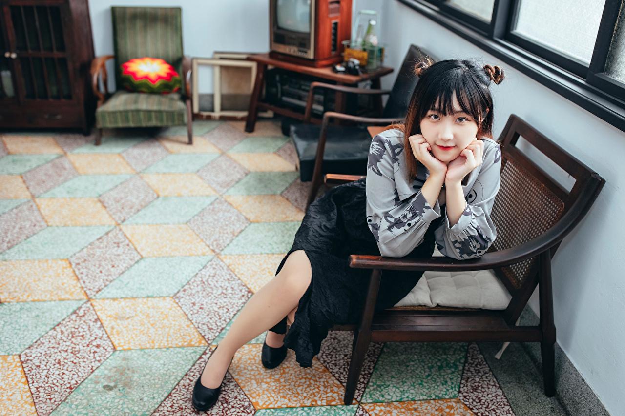 Bilder von junge Frauen Asiatische sitzt Sessel Blick Mädchens junge frau Asiaten asiatisches sitzen Sitzend Starren