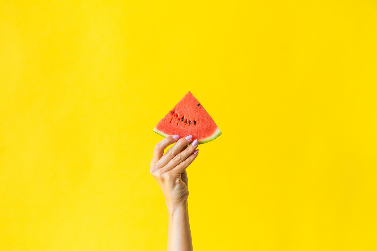 Foto Stück Wassermelonen Hand Finger Lebensmittel Farbigen hintergrund stücke das Essen