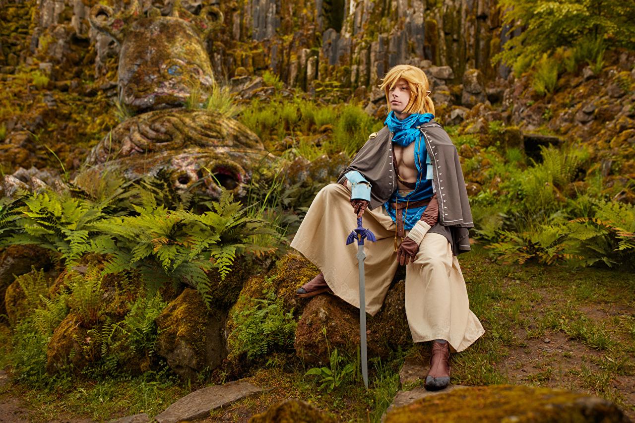 Foto The Legend of Zelda Mikhail Davydov photographer Schwert Cosplay Link Fantasy Spiele Stein sitzen Laubmoose computerspiel sitzt Steine Sitzend