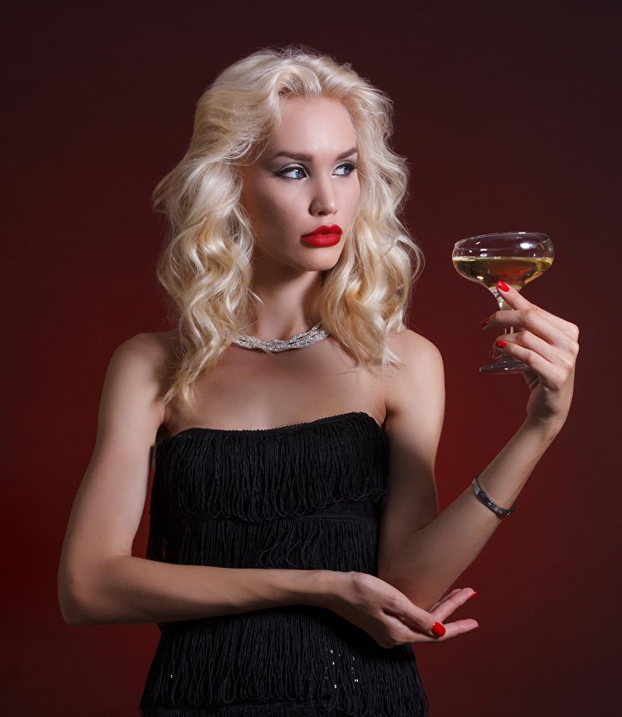 Fotos Blondine Wein Mädchens Hand Weinglas Farbigen hintergrund Blond Mädchen