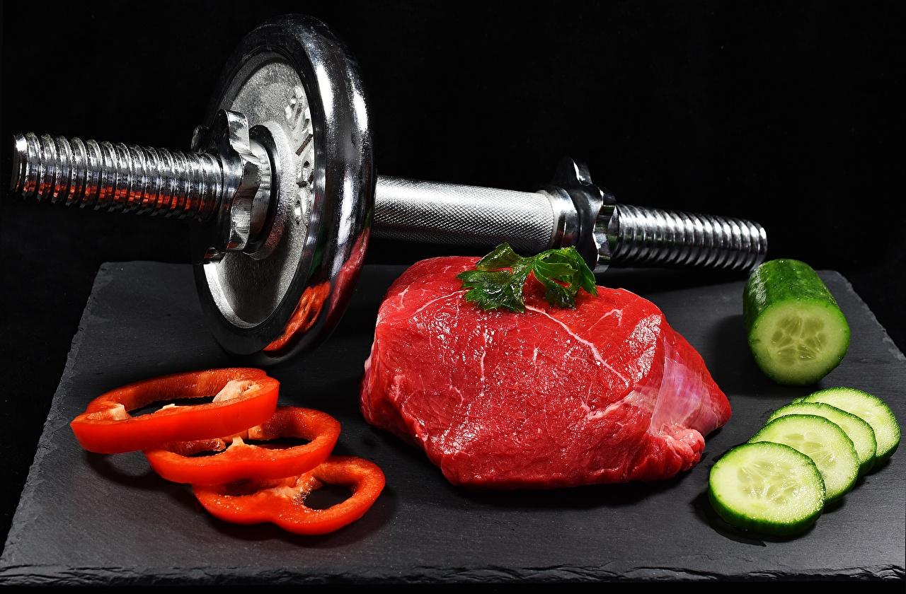 Fotos Gurke Hanteln Peperone das Essen geschnittenes Fleischwaren Schwarzer Hintergrund Hantel Geschnitten Lebensmittel geschnittene