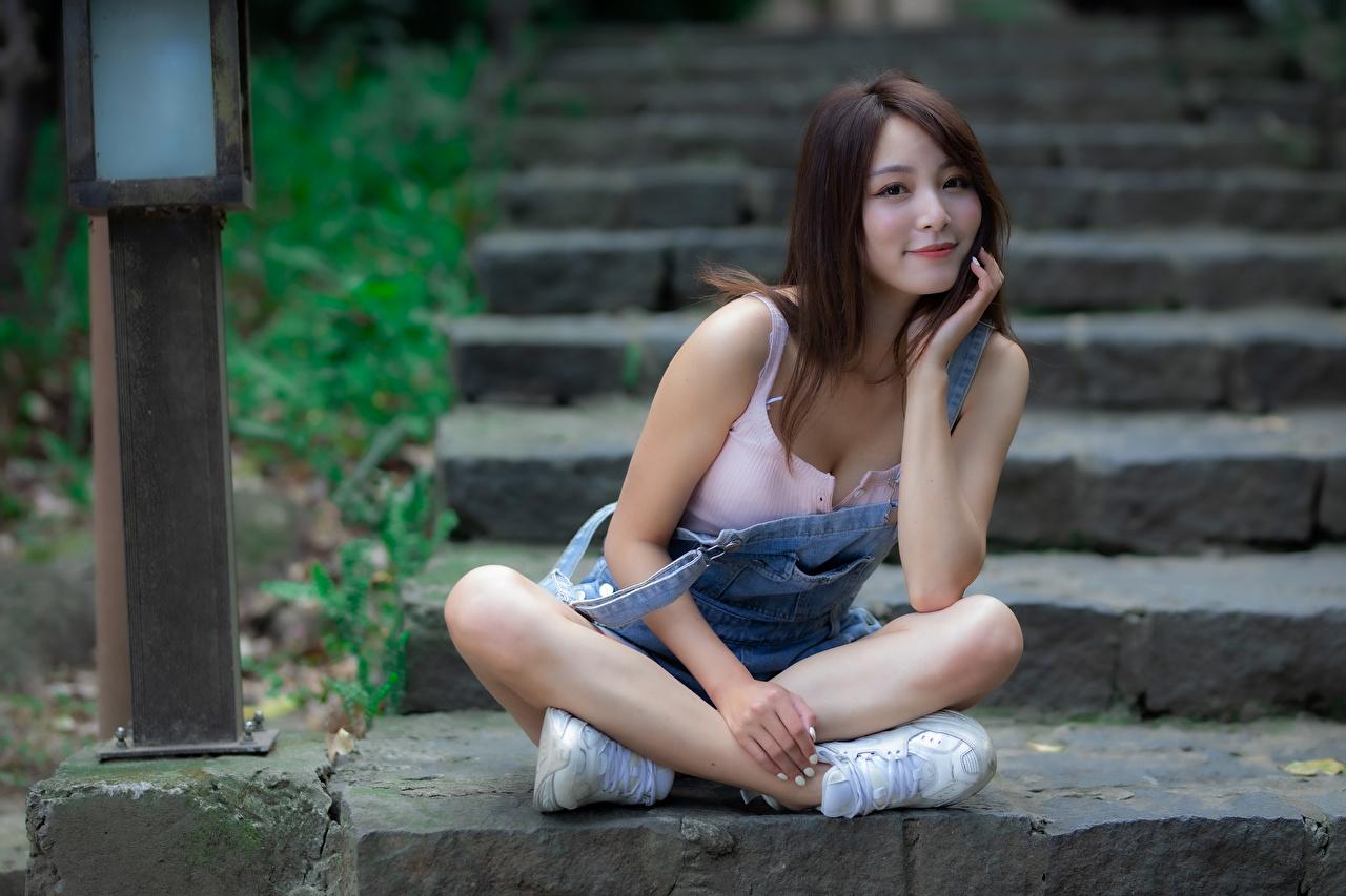 Фото Улыбка Поза девушка Лестница азиатка сидящие смотрит улыбается позирует Девушки лестницы молодая женщина молодые женщины Азиаты азиатки сидя Сидит Взгляд смотрят