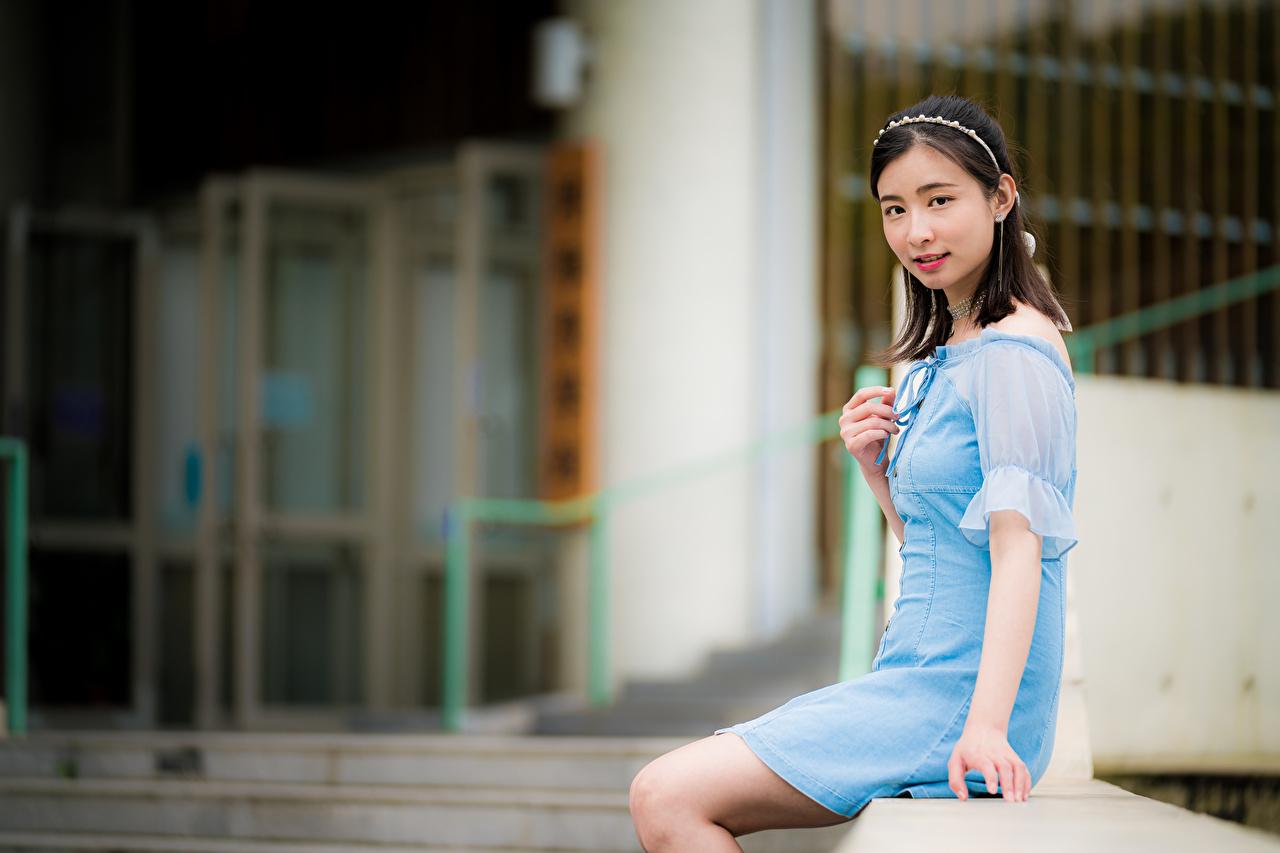 Bilder på skrivbordet Brunett tjej Bokeh ung kvinna Asiater Sitter Blick Klänning suddig bakgrund Unga kvinnor asiatisk ser