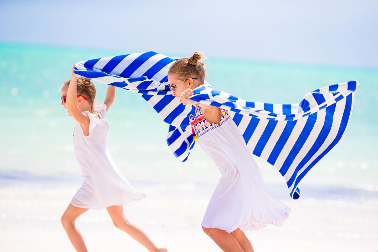 Bilder von Kleine Mädchen Lauf Kinder 2 Küste Kleid Laufen Laufsport Zwei