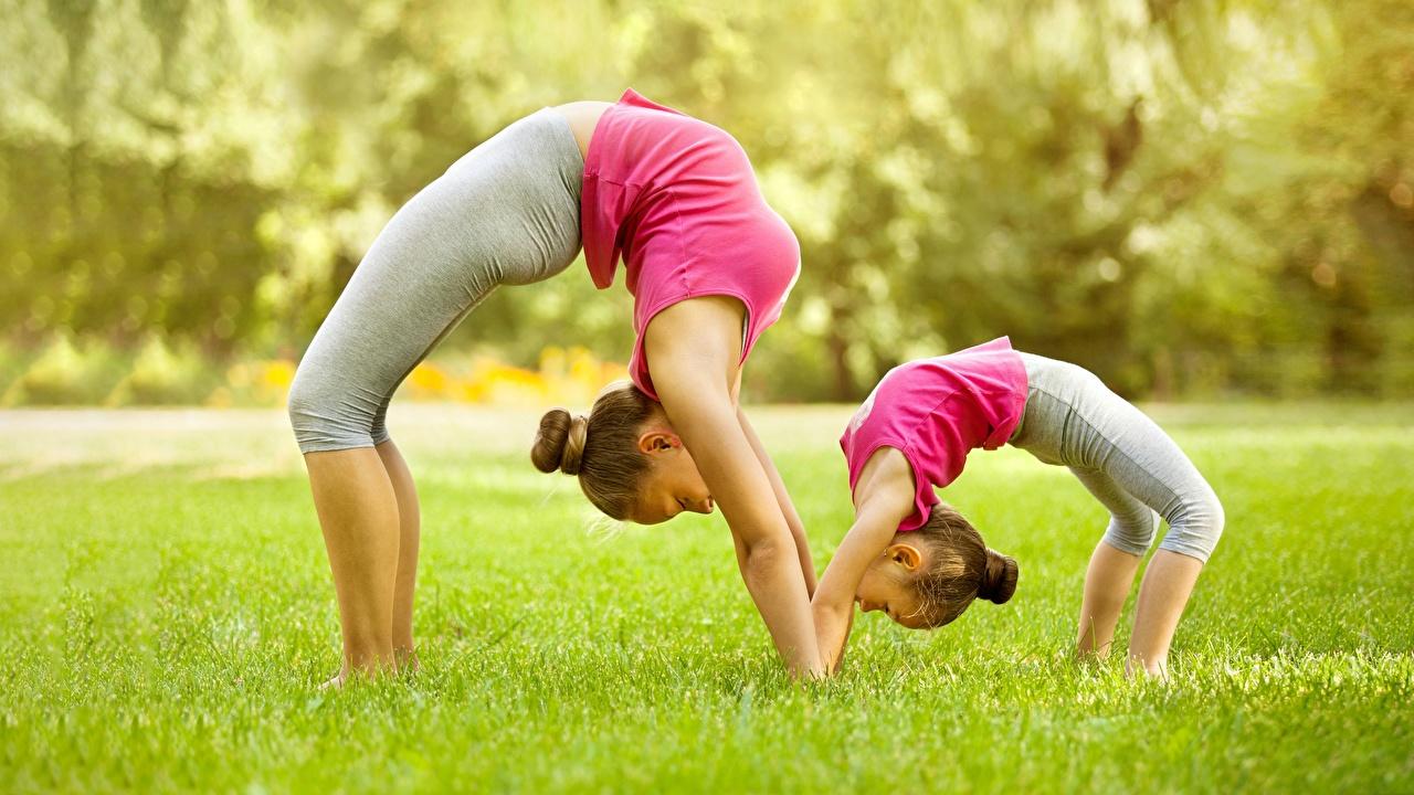 Desktop Hintergrundbilder Kleine Mädchen Dehnübung Bokeh Fitness 2 Gymnastik junge frau Gras Seitlich Dehnübungen unscharfer Hintergrund Zwei Mädchens junge Frauen