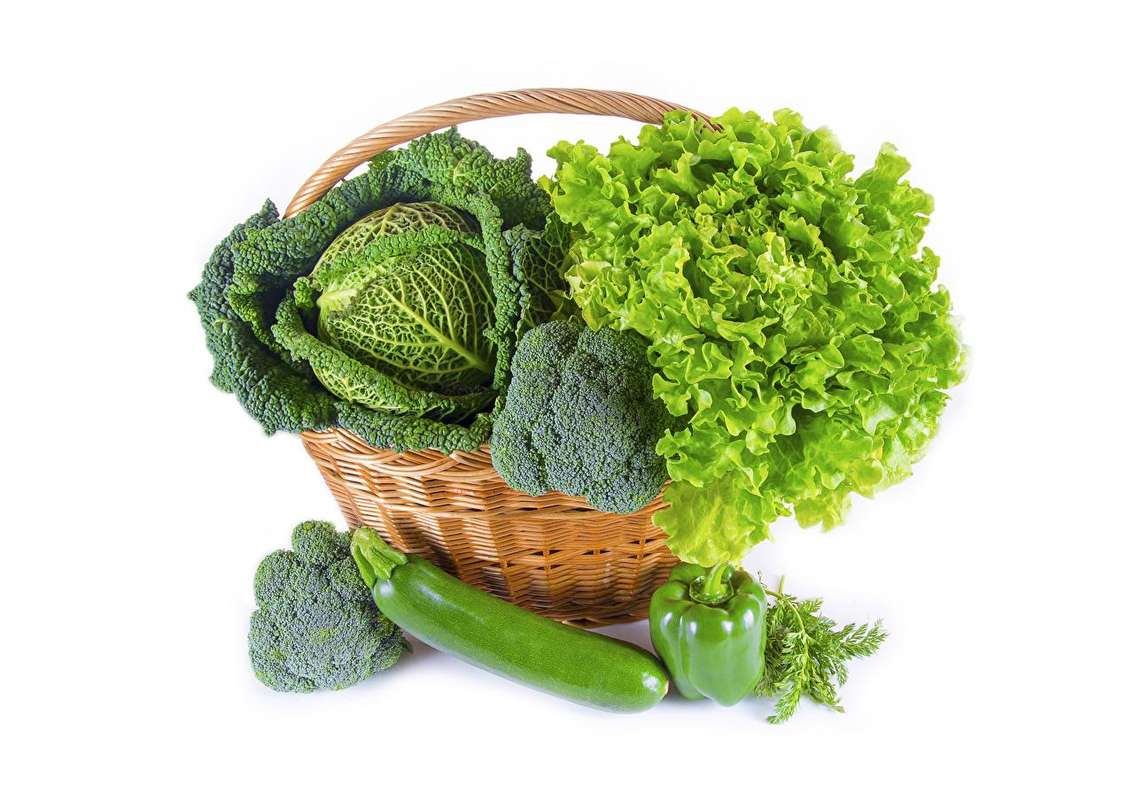 Desktop Hintergrundbilder Kohl Weidenkorb Gemüse Paprika das Essen Weißer hintergrund Lebensmittel