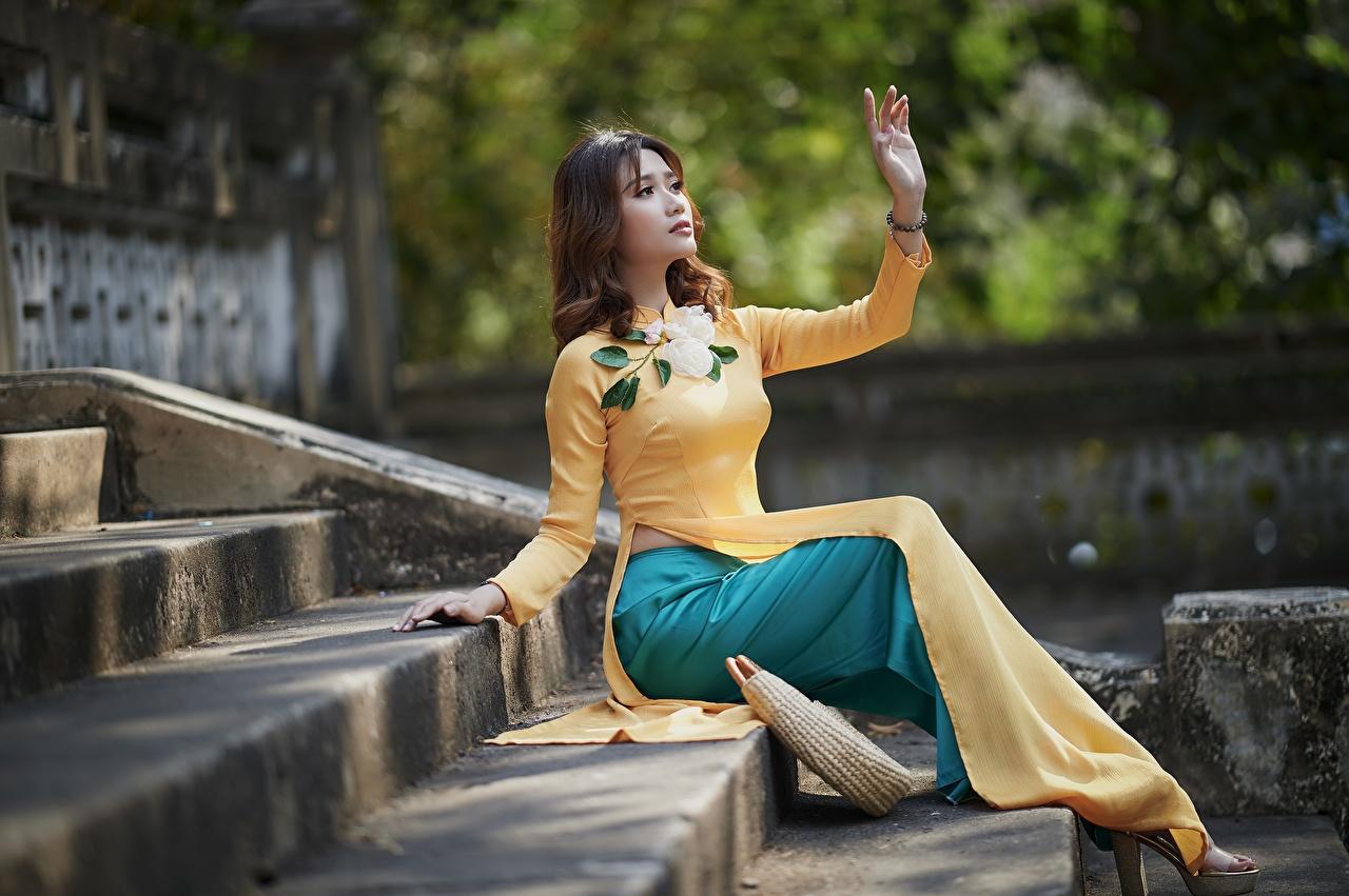 Foto Treppen junge frau Asiatische Hand Sitzend Kleid Treppe Stiege Mädchens junge Frauen Asiaten asiatisches sitzt sitzen