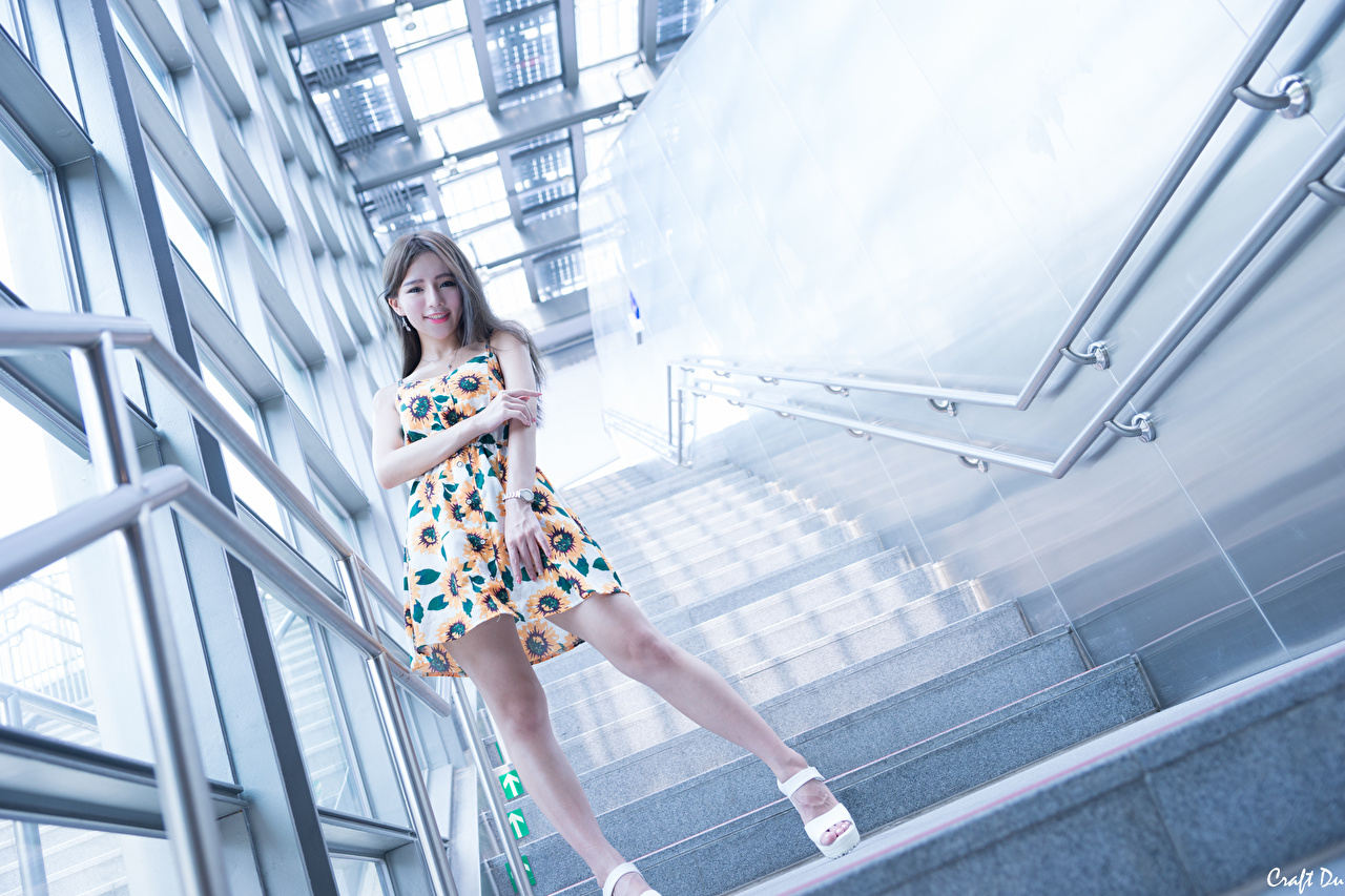 Обои для рабочего стола улыбается Девушки Лестница Ноги азиатки рука платья Улыбка девушка лестницы молодая женщина молодые женщины ног Азиаты азиатка Руки Платье