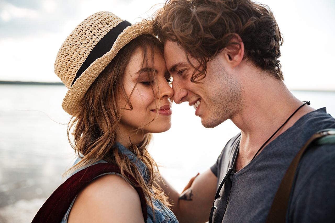 Fotos von Mann Paare in der Liebe Lächeln Zwei Liebe Der Hut Umarmung Mädchens 2 umarmt umarmen junge frau junge Frauen