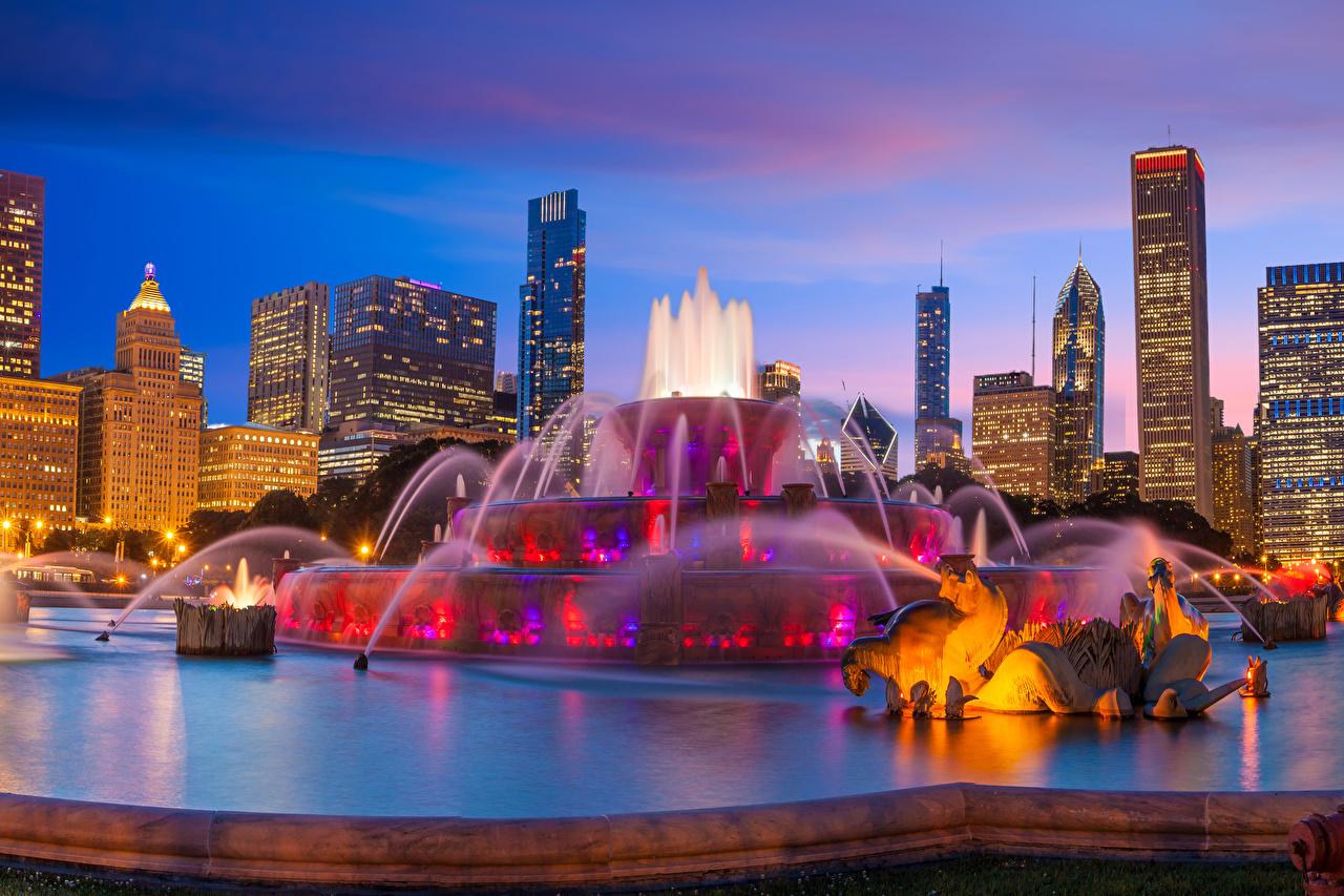 Bilder Chicago Stadt USA Springbrunnen Buckingham Fountain Abend Städte Gebäude Skulpturen Vereinigte Staaten Haus