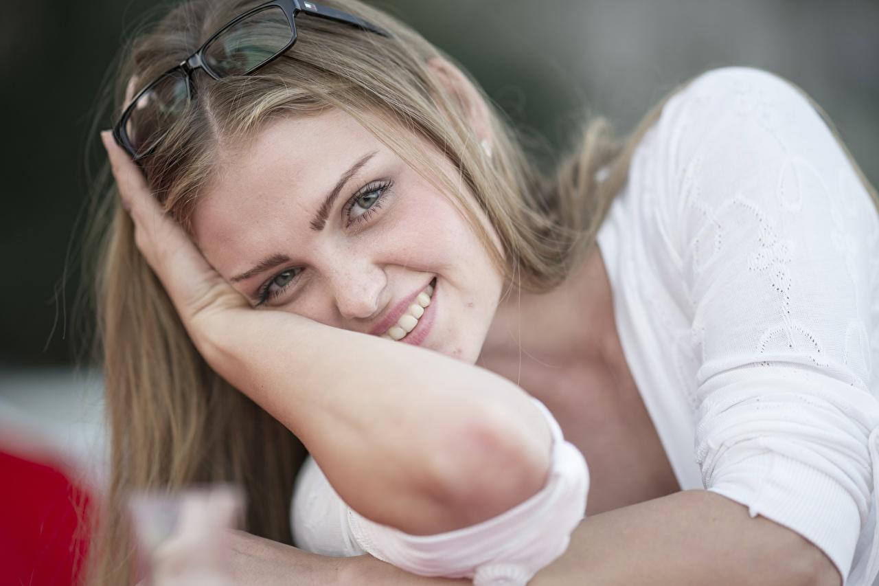Oscuro rubio Gafas Contacto visual Sonrisa Mano mujer joven, mujeres jóvenes, lentes, anteojos Chicas